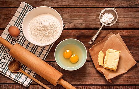 Смешиваем сухие ингредиенты и яйца