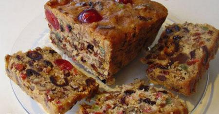 Пирог с сухофруктами на тарелке