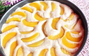 Основу пирога и фрукты заливают массой