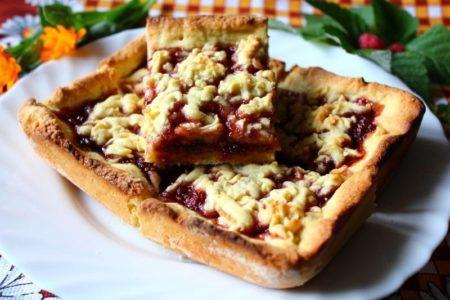 Пирог с джемом и сухофруктами на блюде