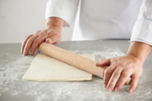Слоеное тесто раскатываем