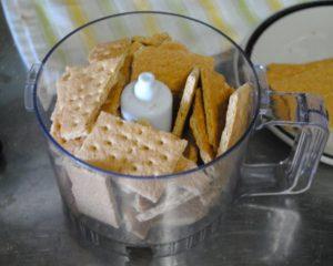 Печенье измельчите в крошку