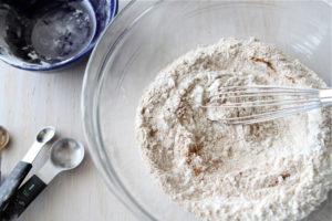 Смешивают муку с сахарным песком