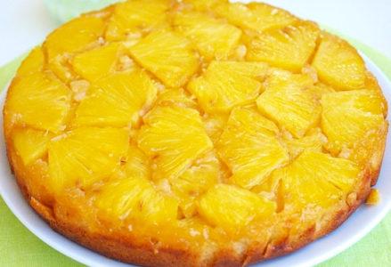 готовый пирог с ананасами