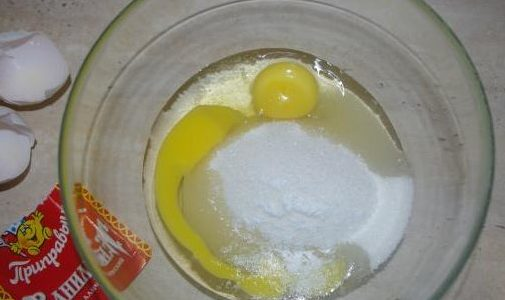 Яйца, сахар и ваниль взбиваем