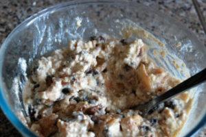 Сухофрукты, орехи и белки смешивают