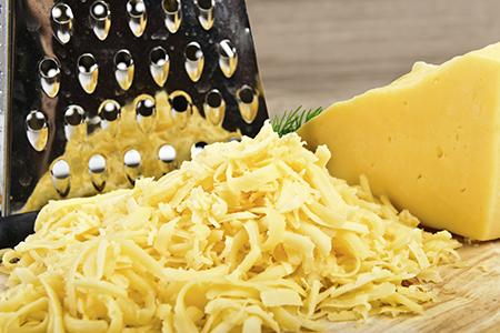 Натереть на крупной терке сыр и брынзу