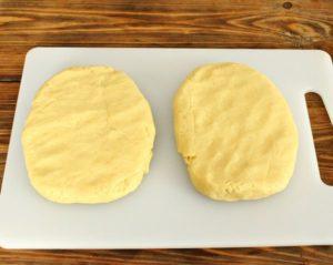 Разделите тесто на две части