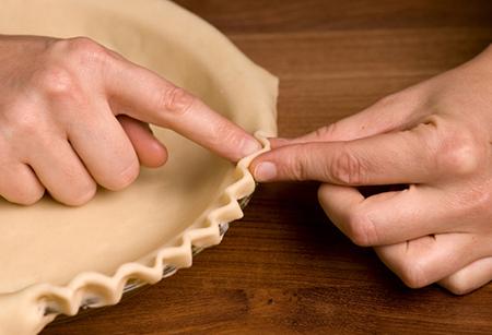 Распределить тесто по форме