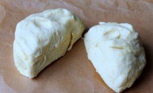 Тесто вынимают из холодильника и делят на две неравные части