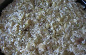 Выложите оставшуюся луково-рисовую начинку