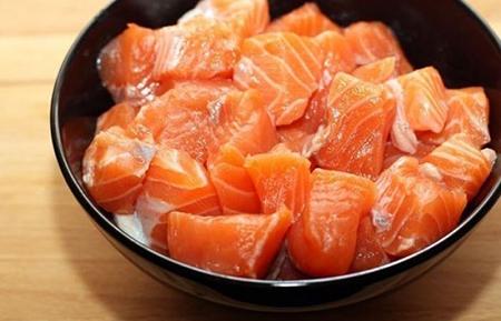 Нарезать рыбное филе