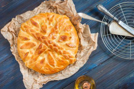 Слоеный пирог с индейкой на тарелке