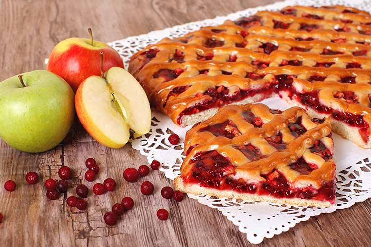 Готовый пирог с брусникой и яблоками