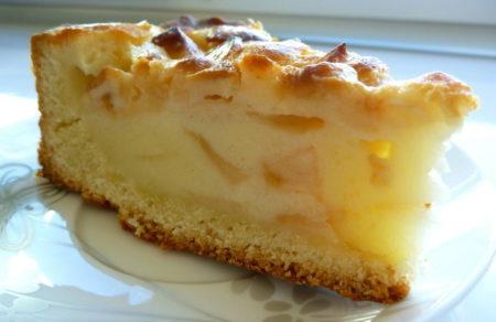 Кусочек яблочного пирога на сметане