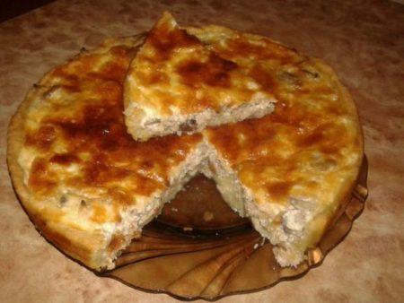 Пирог с индейкой и грибами на тарелке