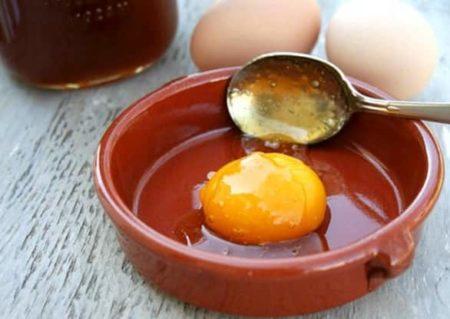 Добавляем мед к яйцу