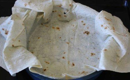 Выложить листы лаваша в форму