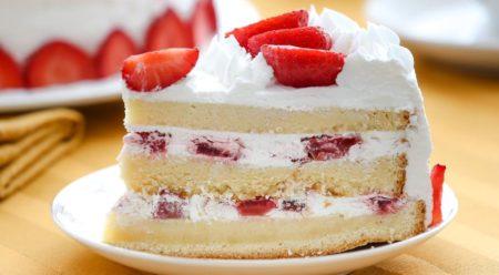 Кусок бисквитного торта на тарелке