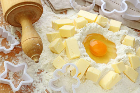 Соединяем масло, муку, яйца