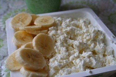 Творог перемешиваем с бананами и цукатами