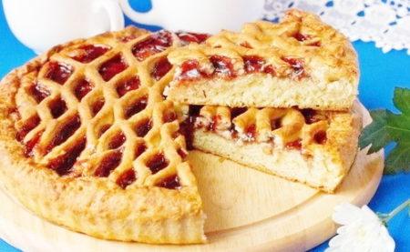 Пирог с джемом в разрезе