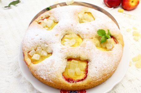 Готовый пирог на тарелке