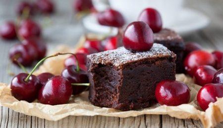 Кусочек шоколадного клафути с вишней