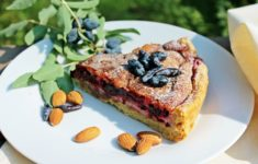 Кусок пирога с жимолостью на тарелке