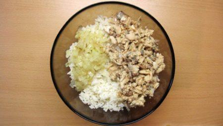 рис с луком и консервами